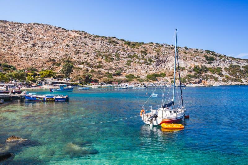 Yacht di navigazione attraccati nella baia di Agios Nikolaos fotografie stock