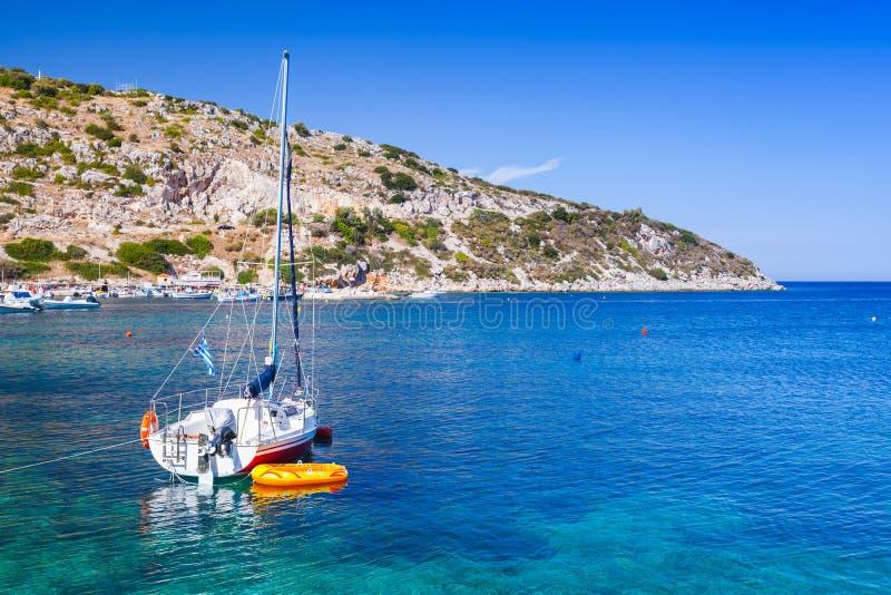 Yacht di navigazione attraccato nella baia di Agios Nikolaos fotografie stock