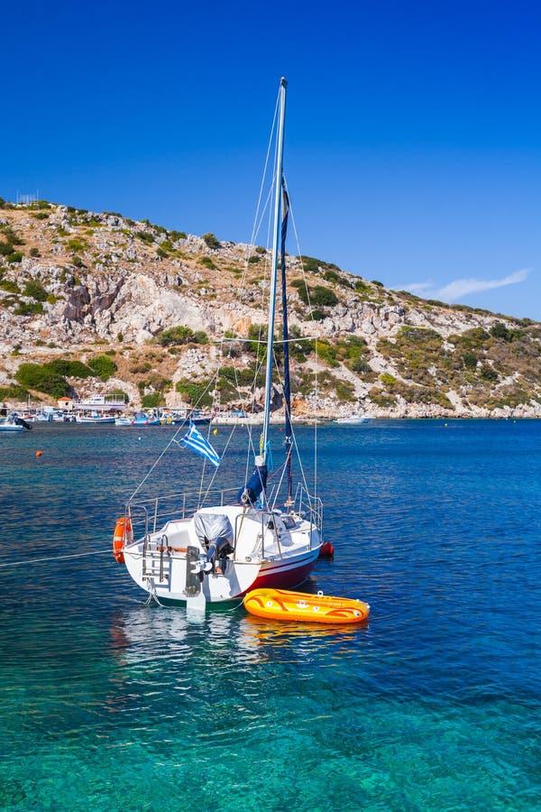 Yacht di navigazione attraccato nella baia di Agios Nikolaos fotografie stock libere da diritti