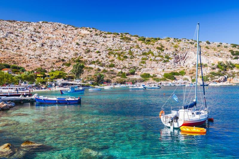 Yacht di navigazione attraccato nella baia di Agios Nikolaos fotografia stock