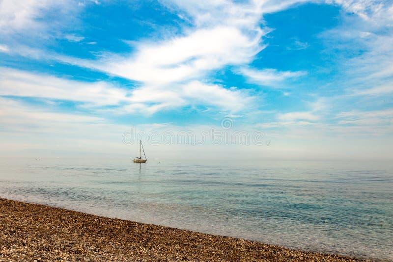 Download Yacht Di Navigazione Che Galleggia Nel Tramonto Fotografia Stock - Immagine di velocità, cielo: 117978082