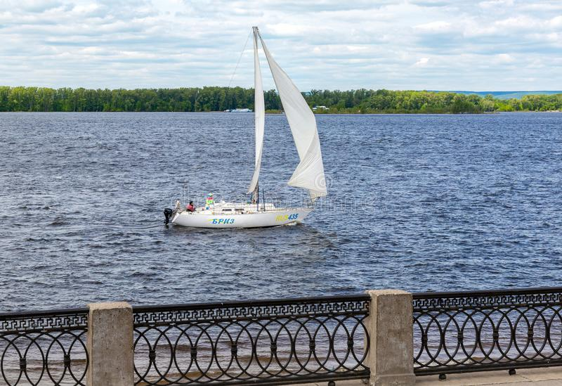 Yacht di navigazione che galleggia sul fiume Volga immagini stock