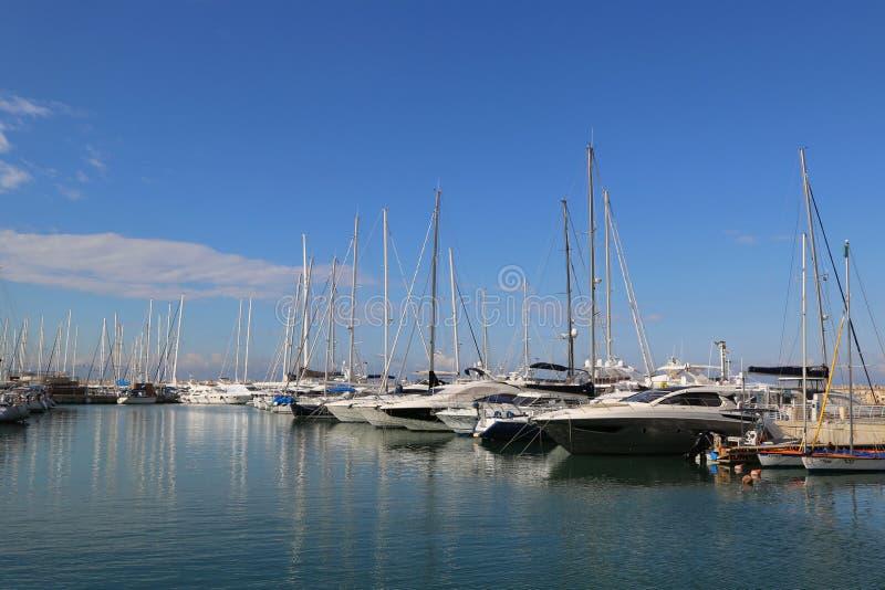 Yacht di navigazione nel porticciolo di Herzliya immagini stock