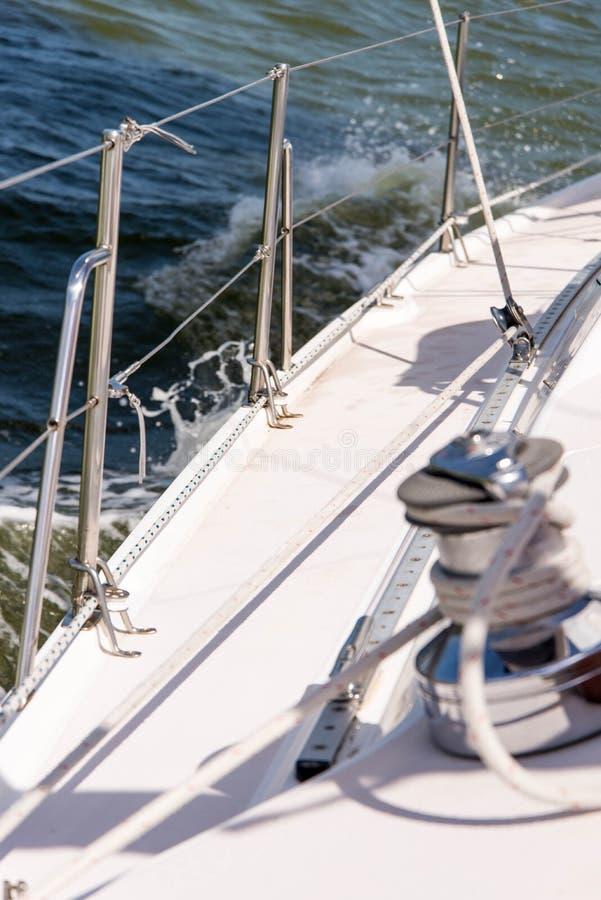 Yacht di navigazione nell'oceano aperto fotografie stock