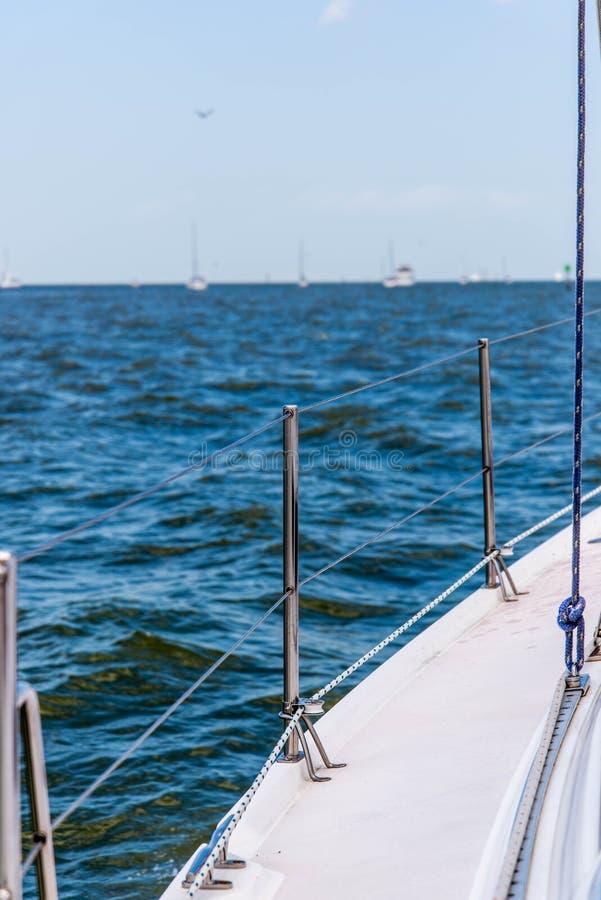 Yacht di navigazione nell'oceano aperto fotografie stock libere da diritti