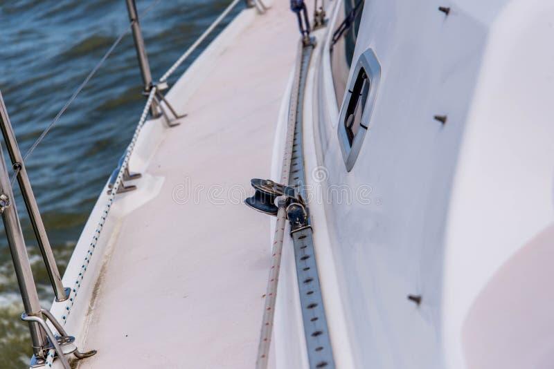 Yacht di navigazione nell'oceano aperto fotografia stock