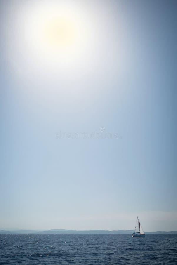 Yacht di navigazione sul mare aperto fotografia stock libera da diritti