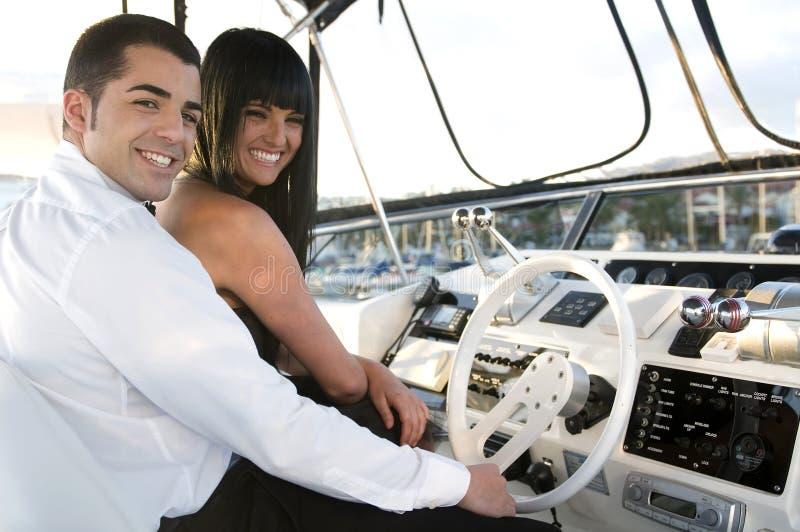 yacht di risata elegante delle coppie fotografia stock libera da diritti