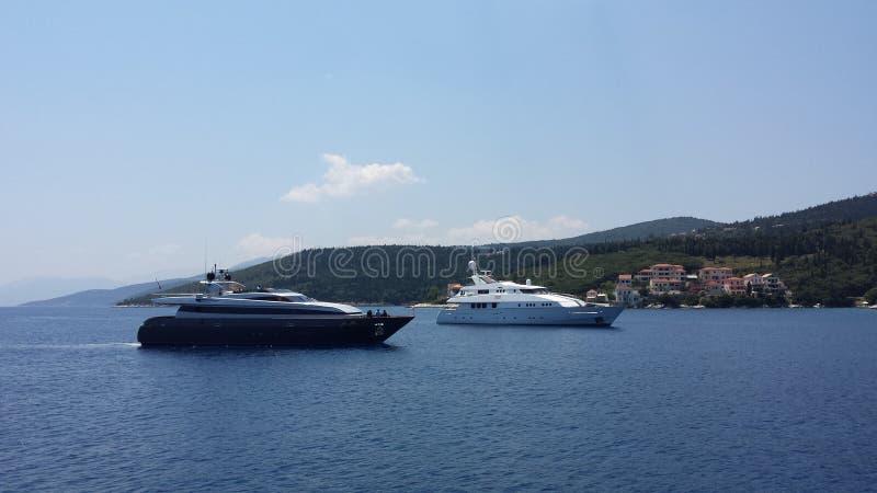 Yacht, die kommt zu beherbergten stockfoto
