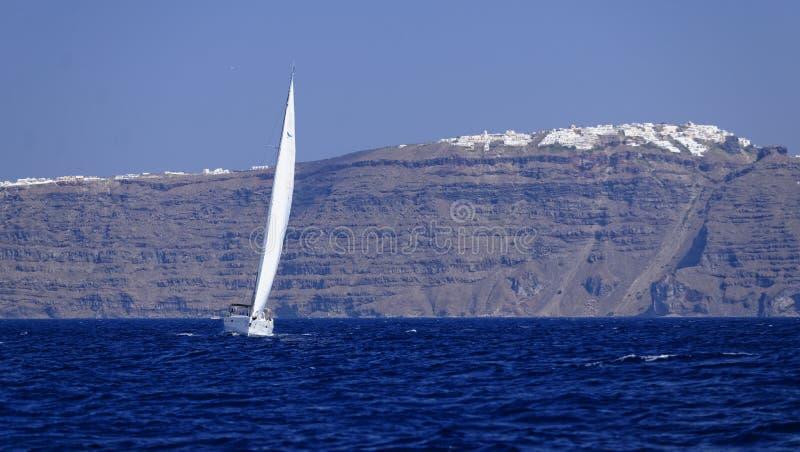 Yacht, die vor Santorini-Insel segelt stockfotografie