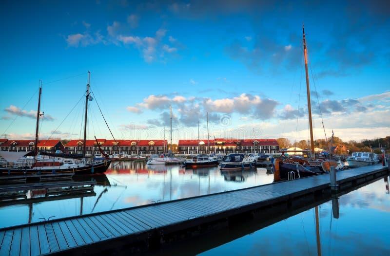 Yacht e barche a Reitdiephaven marino prima del tramonto fotografia stock libera da diritti