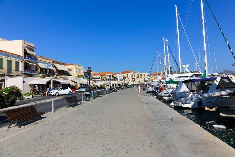 Yacht e case - isole della Grecia fotografie stock libere da diritti