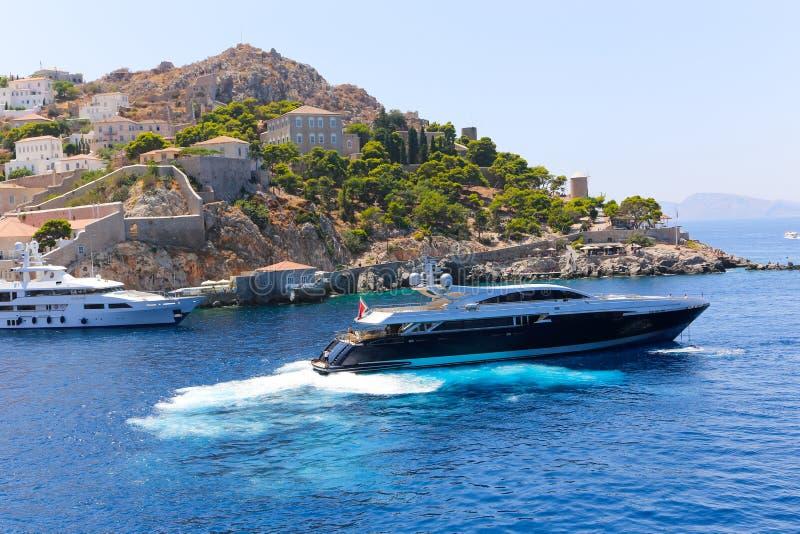 Yacht e case - isole della Grecia fotografie stock