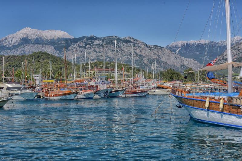 Yacht e imbarcazioni a vela ancorati nel porto immagine stock libera da diritti