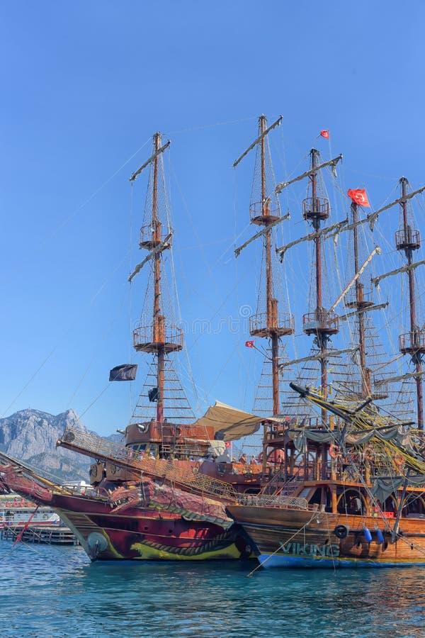 Yacht e imbarcazioni a vela ancorati nel porto immagini stock libere da diritti