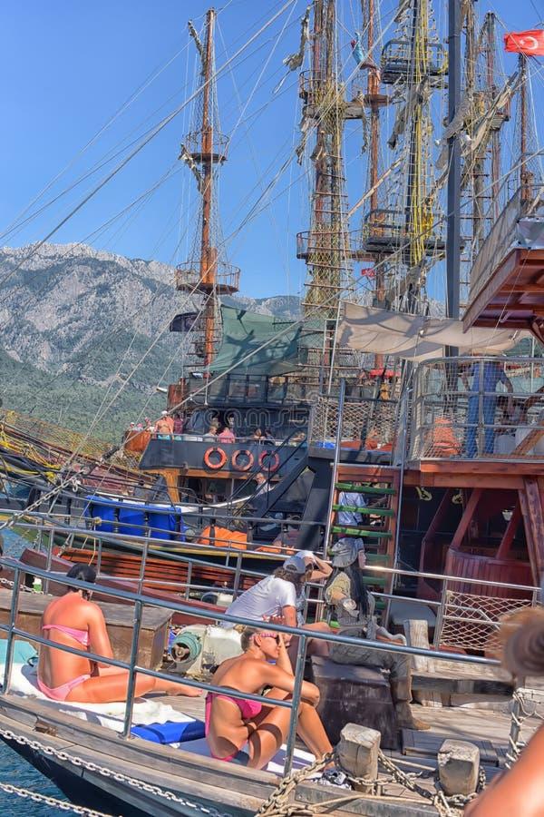 Yacht e imbarcazioni a vela ancorati nel porto fotografia stock libera da diritti
