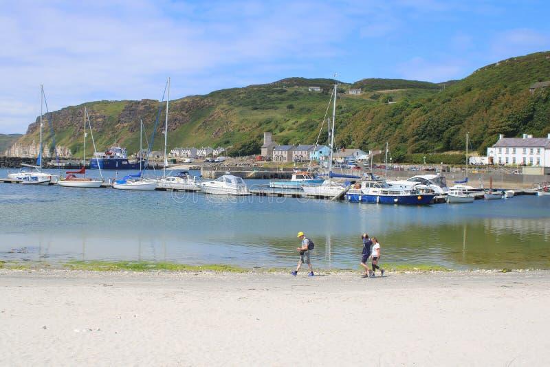 Yacht e piccole barche in porto fotografie stock libere da diritti