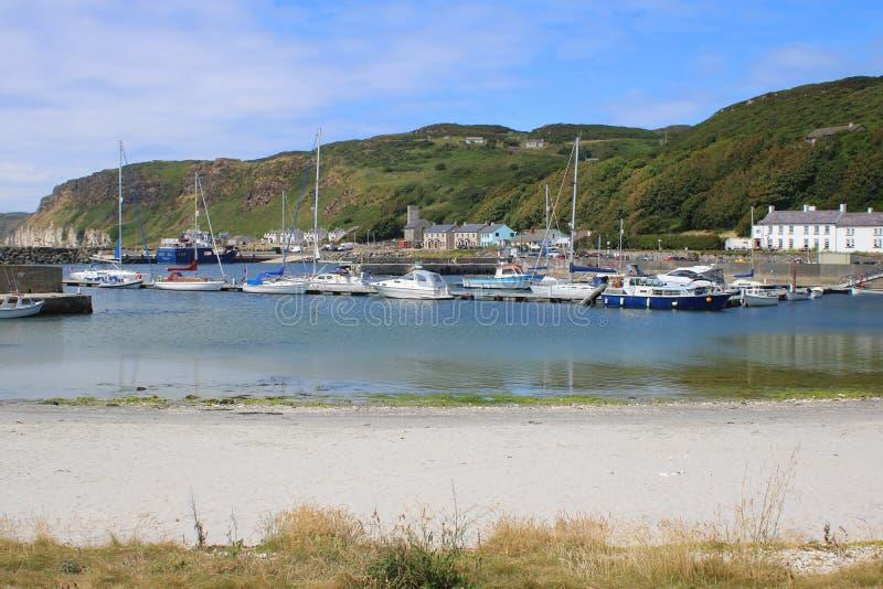 Yacht e piccole barche in porto fotografia stock libera da diritti