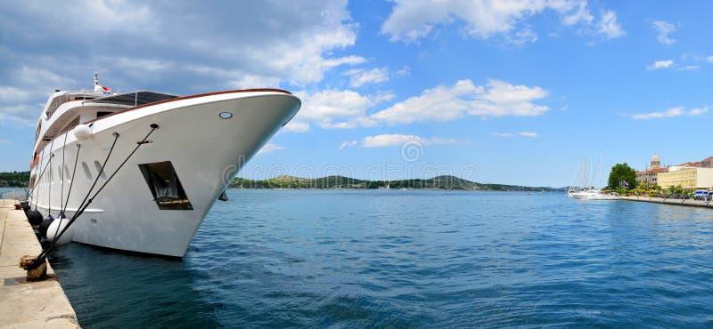 Yacht in einem Hafen in der Stadt von Sibenik stockfoto