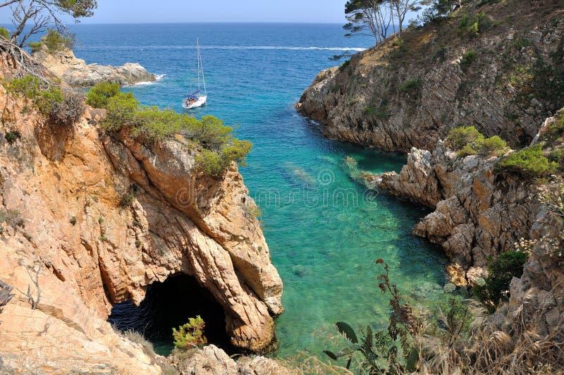 Yacht in einer Bucht spanien Palamos stockfotos