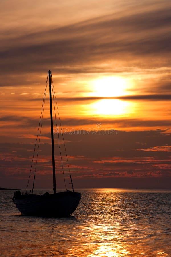 Yacht em uma escora em um fundo do s de vinda imagens de stock royalty free