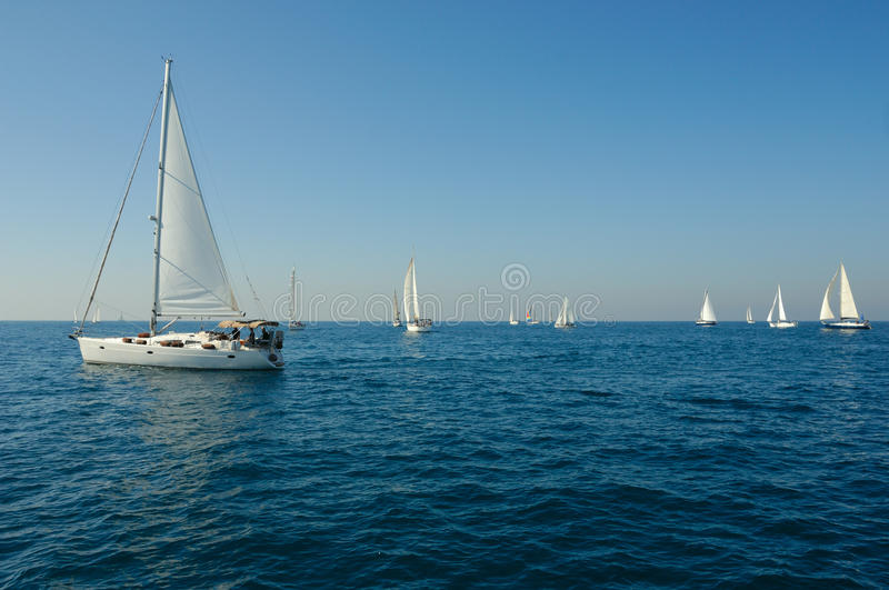 Yacht en mer photo stock