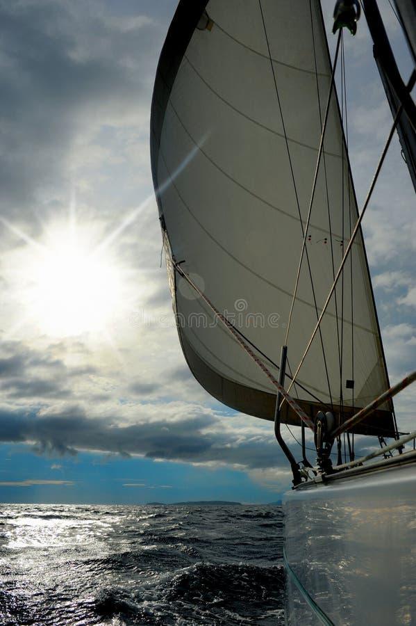 Yacht en mer ouverte photos stock