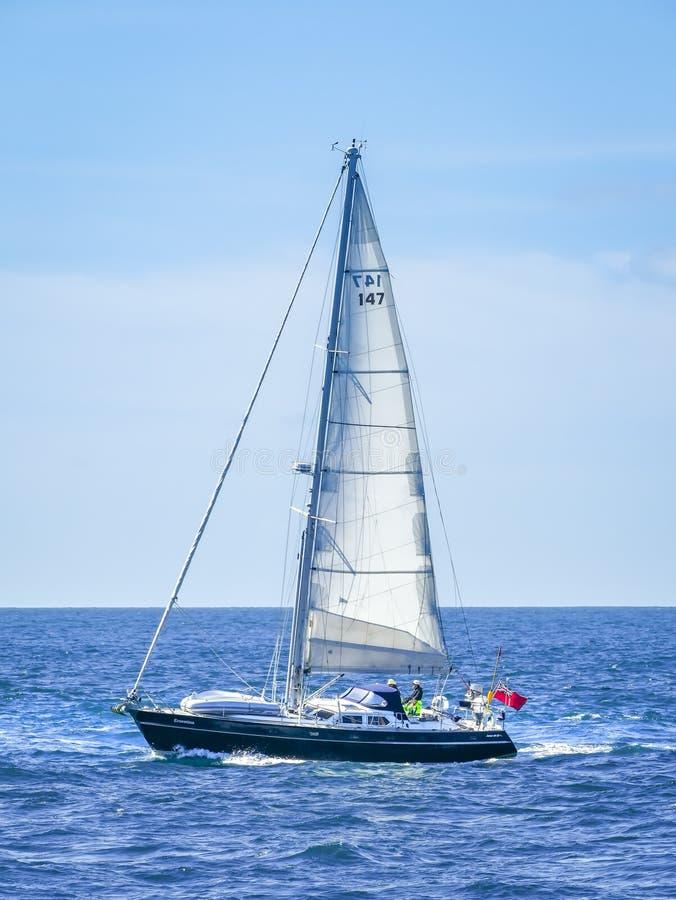 Download Yacht en mer variable photo stock éditorial. Image du levage - 77157638