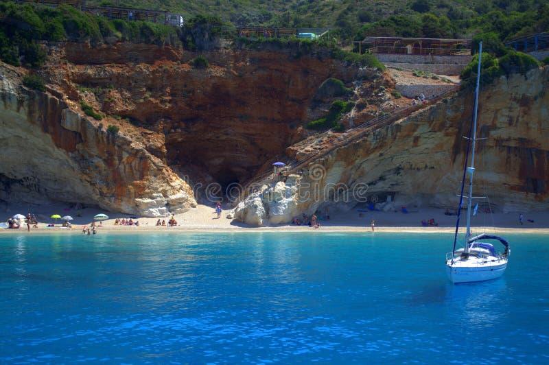 Yacht en plage de Porto Katsiki, Grèce photographie stock libre de droits