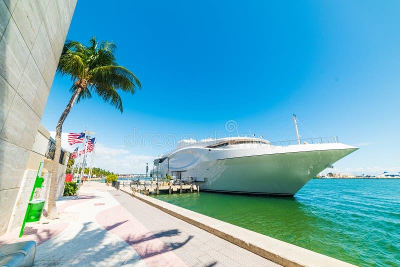 Yacht enorme nella baia di Miami fotografie stock