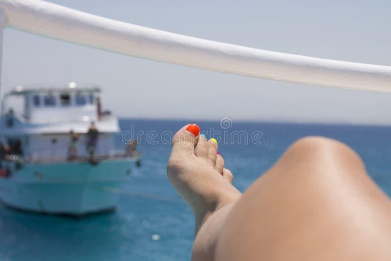 Yacht et belles femmes -- destination parfaite d'été photographie stock