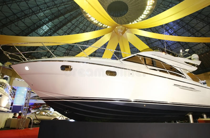 Yacht für Verkauf im Ausstellungsraum lizenzfreie stockbilder