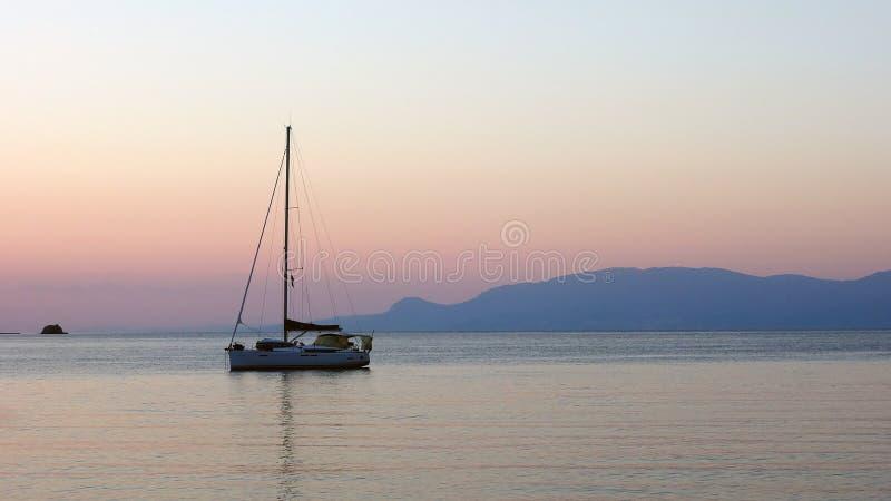 Yacht festgemacht in der Bucht an der Dämmerung stockfotografie