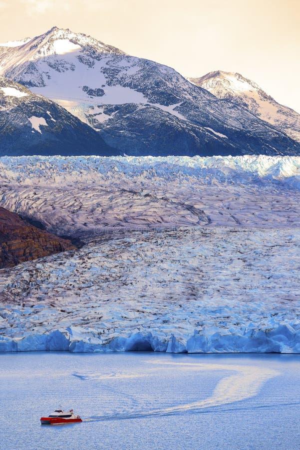 Yacht a fuga no parque nacional cinzento de geleira torres del paine, o Chile fotografia de stock