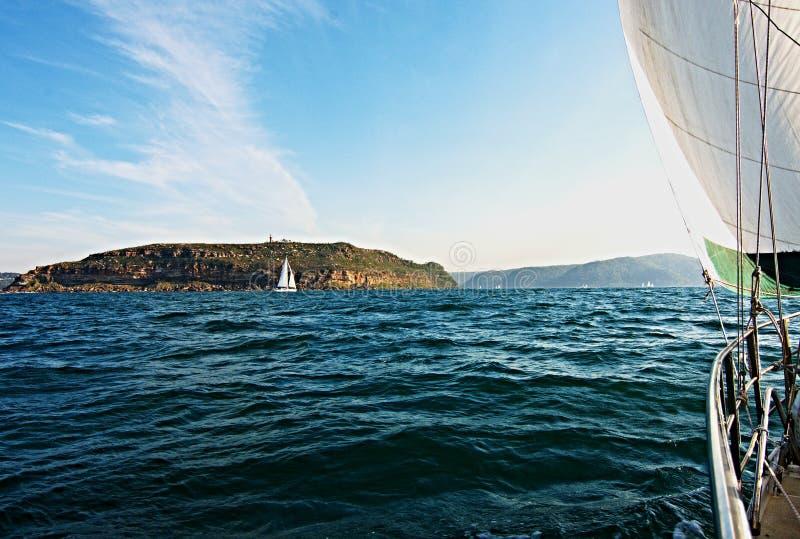 Yacht girante di navigazione, in mare sotto la vela immagini stock