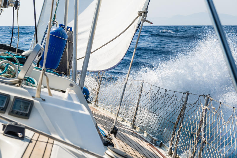 Yacht girante di navigazione veloce a tallonare fotografie stock
