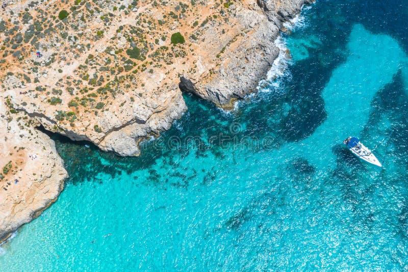 Yacht himla- blå lagun för flyg- sikt på ön av Comino Malta fotografering för bildbyråer