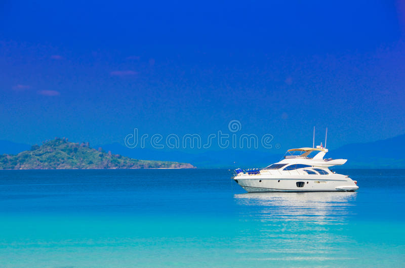 Yacht i havet royaltyfria bilder