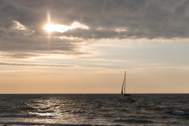 Yacht i havet på solnedgången royaltyfria bilder