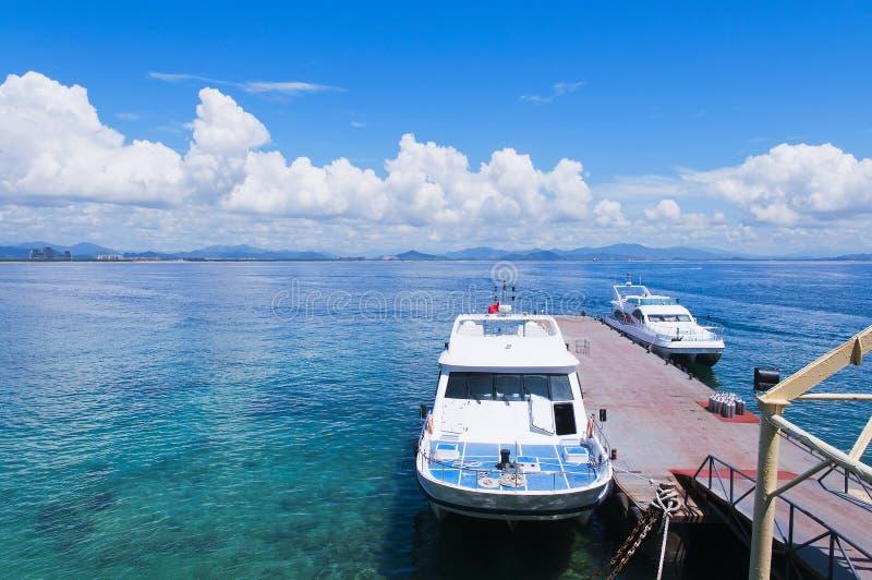 Yacht im Meer stockfotos