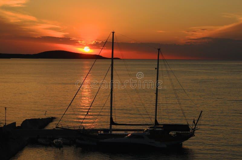 Yacht im Sonnenuntergang stockfotografie