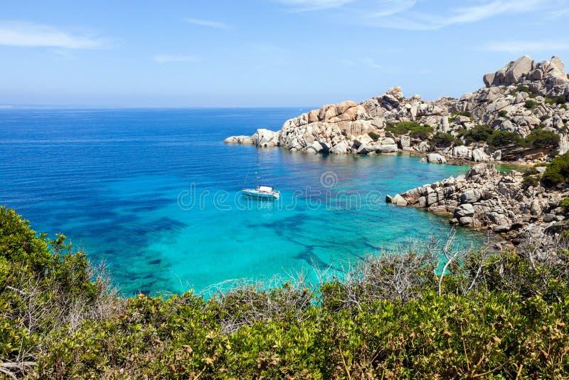 Yacht isolé en plage tropicale photographie stock libre de droits