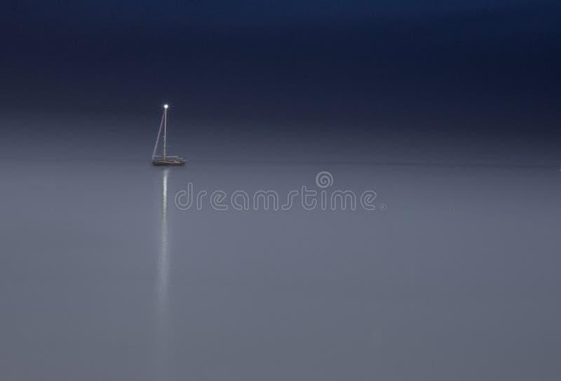 Yacht isolé pendant la nuit photographie stock libre de droits
