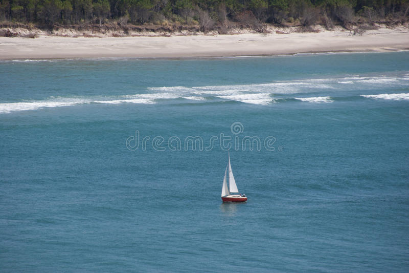 Yacht isolé près de la côte de Matakana images stock