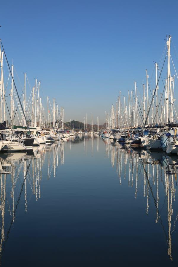 Yacht Jachthafen an einem ruhigen Tag mit blauem Himmel und reflektierendem Wasser stockfoto