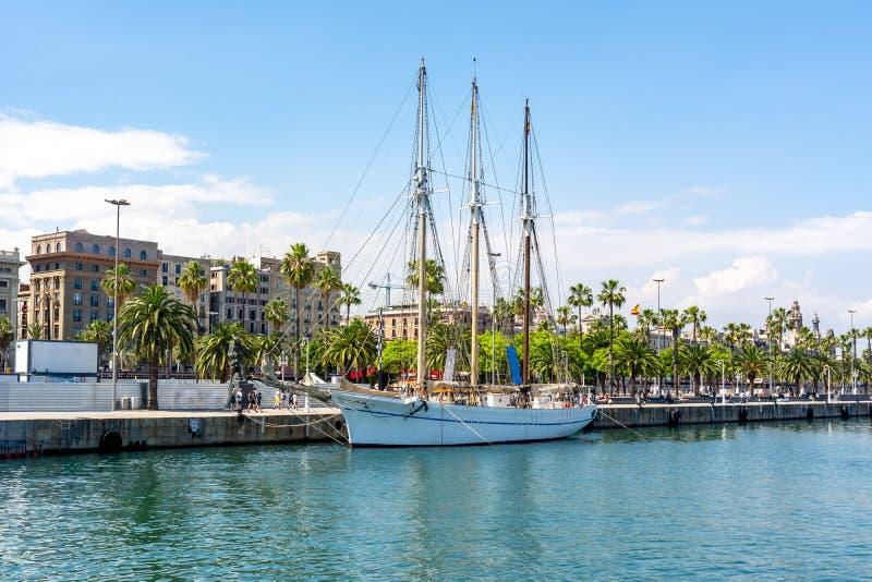 Yacht längs Barcelona promenad, Spanien fotografering för bildbyråer