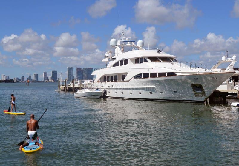 Yacht méga accouplé à une marina de Miami Beach photos libres de droits
