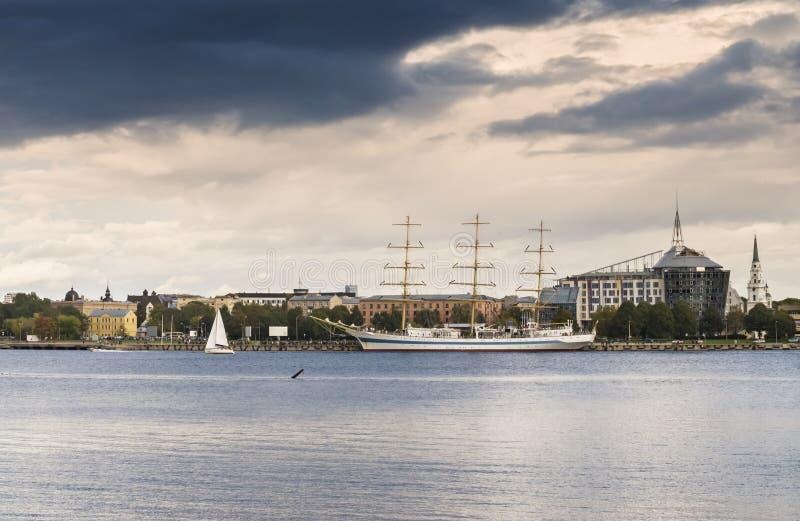 Yacht am Marinekanal von Riga, Lettland stockfotografie