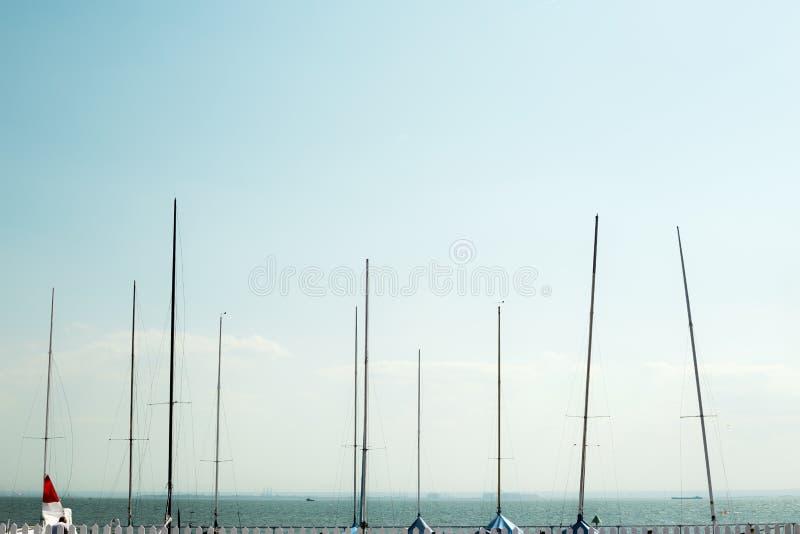 Yacht-Maste ausgerichtet stockfotografie
