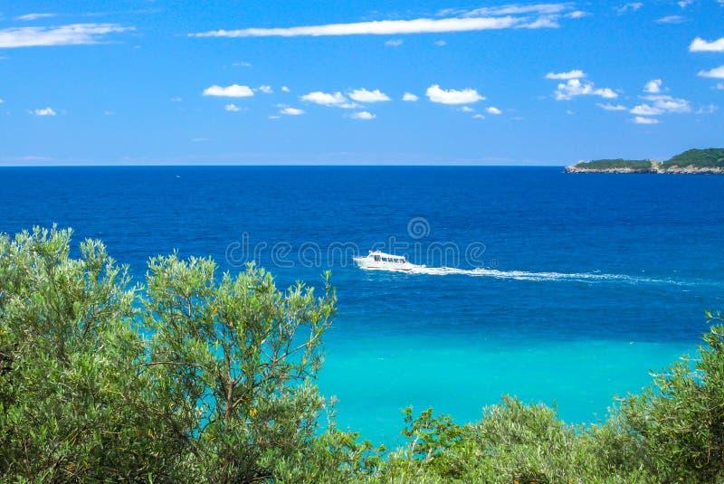 Yacht moderno bianco in mare adriatico, Budua Riviera, Montenegro immagini stock libere da diritti